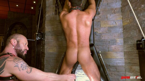 leather muscle man insert blac dildo in a male asshole