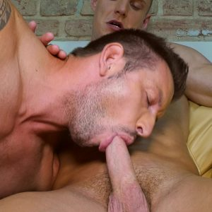 muscled tattoo stud sucks big cock